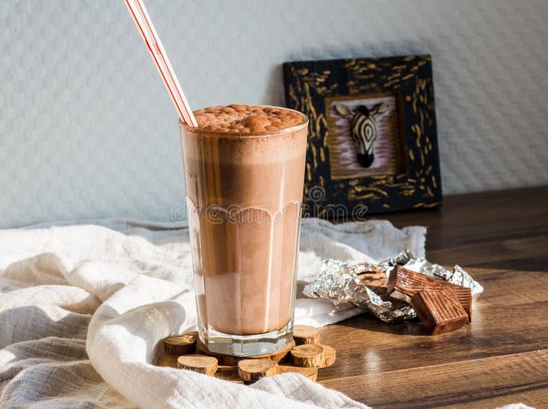 Smoothie шоколада с бананом и арахисовым маслом стоковые изображения rf