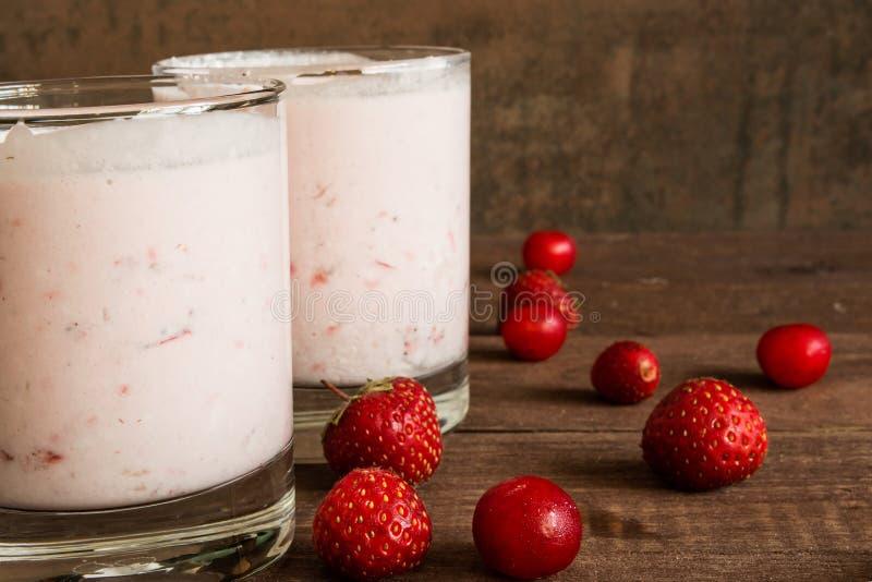 Smoothie югурта ягоды в стекле на деревянном столе Здоровое breakf стоковое фото