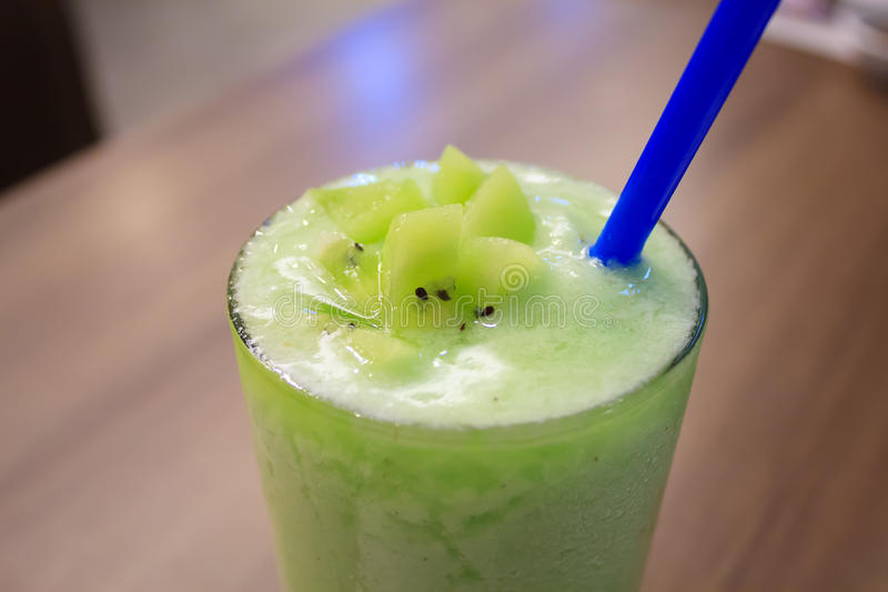 Smoothie avec les kiwis verts frais image stock