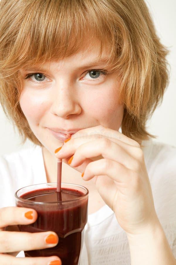 Smoothie bebendo da uva-do-monte da mulher imagem de stock