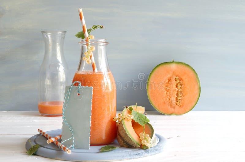 Smoothie con el melón del cantalupo y las pasas blancas fotos de archivo libres de regalías