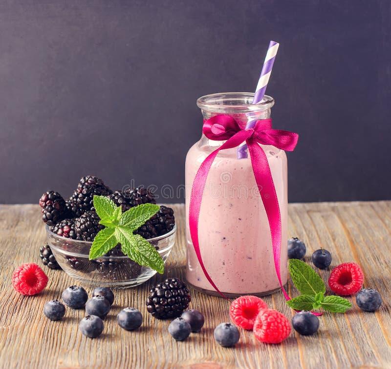 Smoothie con las bayas, comida sana de la vitamina del dulce de verano imágenes de archivo libres de regalías