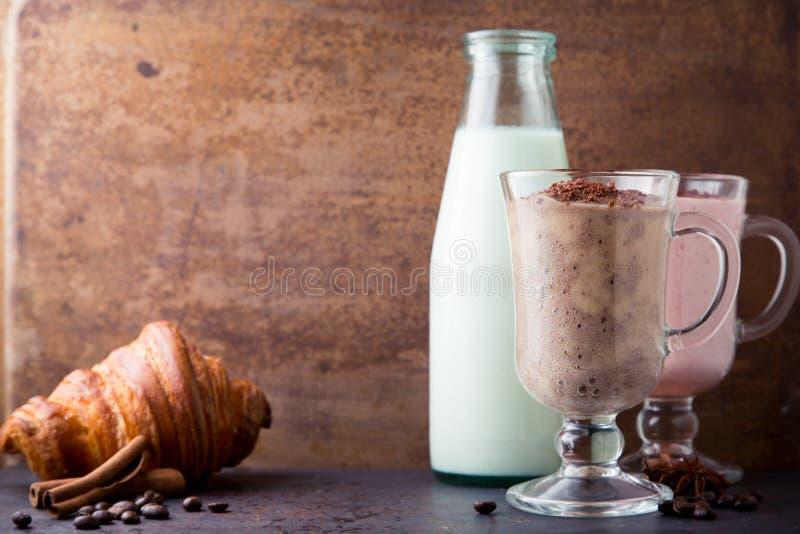 Smoothie czekolada, banan, mleko i truskawka, zdjęcie royalty free