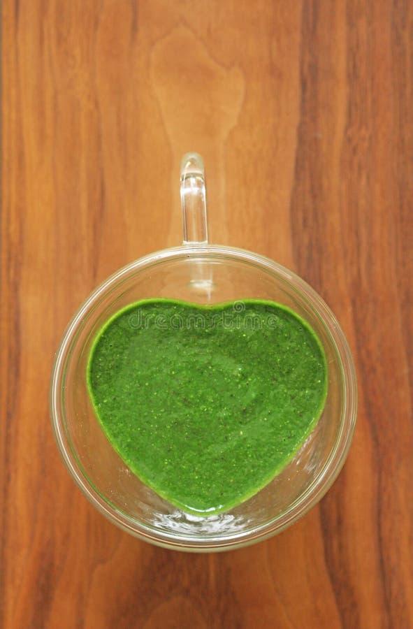 Smoothie d'épinards sur le fond en bois Portent des fruits les smoothies verts en verre et ingrédients Detox, régime, sain, natur photo stock