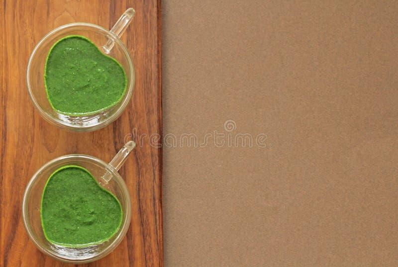 Smoothie d'épinards sur le fond en bois Portent des fruits les smoothies verts en verre et ingrédients Detox, régime, sain, natur photos libres de droits