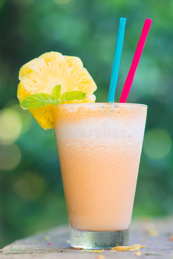 Smoothie d'ananas et de yaourt pour la santé image stock