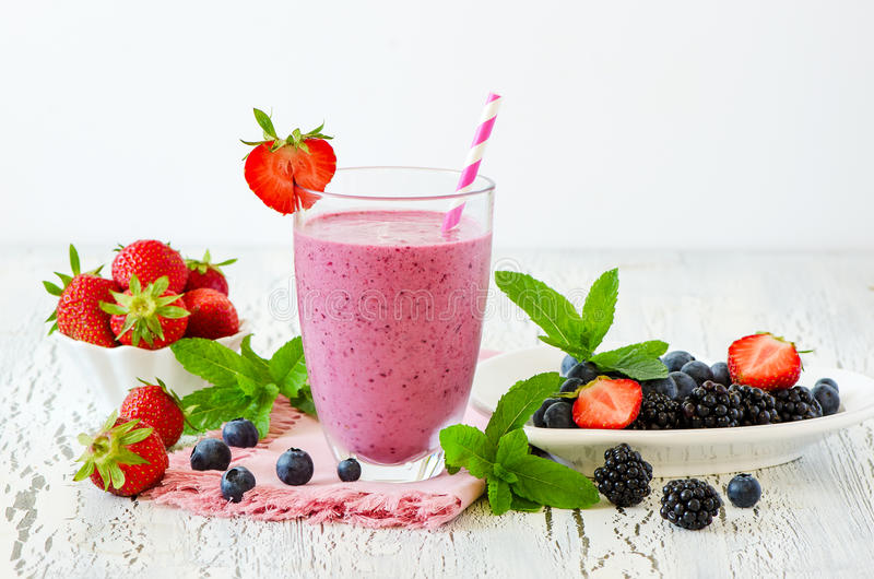 Smoothie de baie, boisson saine, régime ou vegan de yaourt de detox d'été photographie stock