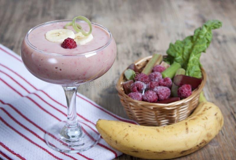 Download Smoothie De Banane Et De Rhubarbe Avec Du Yaourt Photo stock - Image du banane, légume: 56480204