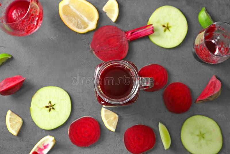 Smoothie de betteraves en pot de maçon et quelques ingrédients photo stock