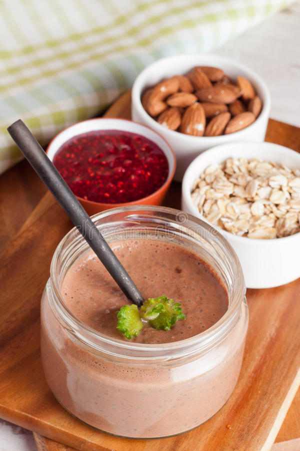 Smoothie de chocolat pour le petit déjeuner images stock