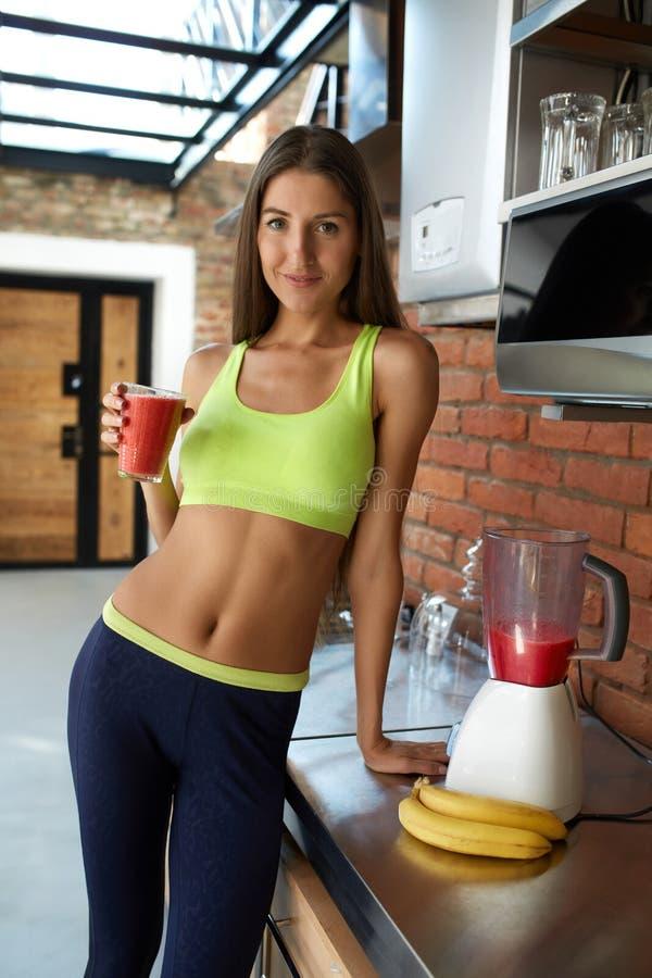 Smoothie de Detox Boisson potable de forme physique de régime de femme en bonne santé d'ajustement photographie stock libre de droits