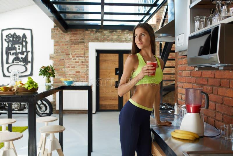 Smoothie de Detox Boisson potable de forme physique de régime de femme en bonne santé d'ajustement photos stock