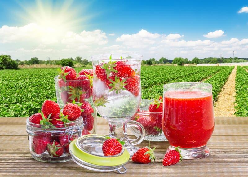 Smoothie de fraise avec les baies fraîches photographie stock
