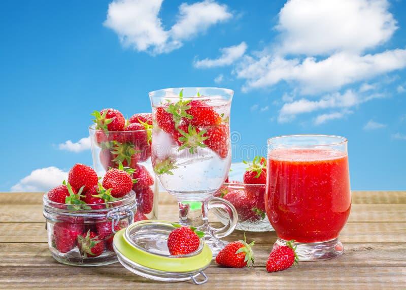 Smoothie de fraise avec les baies fraîches image libre de droits