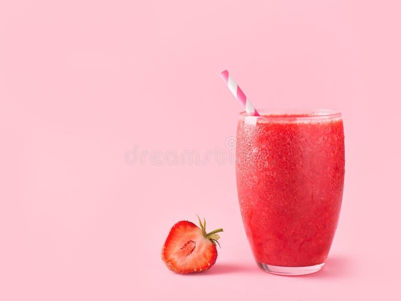 Smoothie de fraise et baies crues fraîches image libre de droits