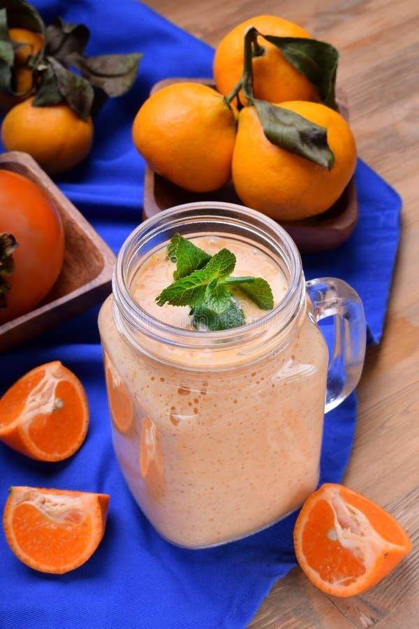 Smoothie de fruit dans un pot en verre complété avec la menthe images stock