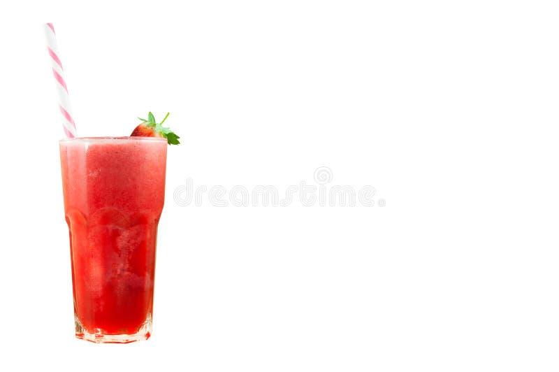 Smoothie de jus de fraise en verre avec la fraise fraîche d'isolement sur le blanc photos libres de droits