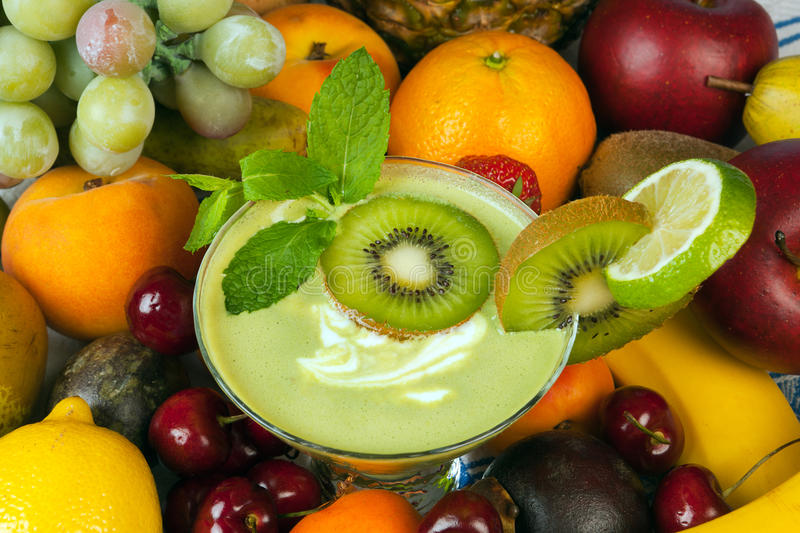 Smoothie de kiwi et tout autre fruit photo stock