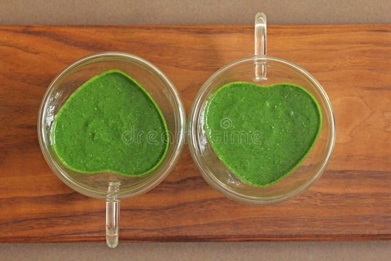 Smoothie de la espinaca en fondo de madera Smoothies del verde de la fruta adentro fotografía de archivo libre de regalías