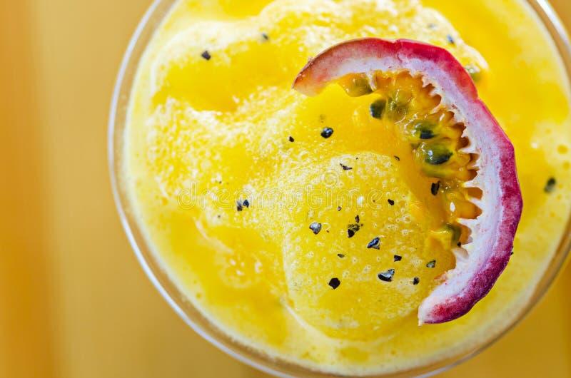 Smoothie de la fruta de la pasión cortado en vidrio fotografía de archivo libre de regalías