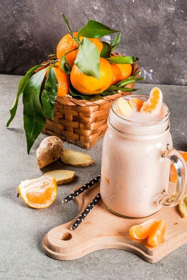 Smoothie de mandarine avec du gingembre photo stock