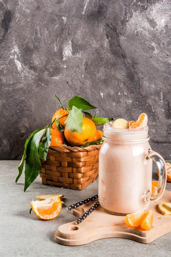 Smoothie de mandarine avec du gingembre photos libres de droits