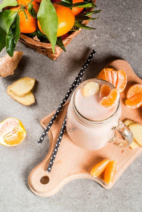 Smoothie de mandarine avec du gingembre image stock
