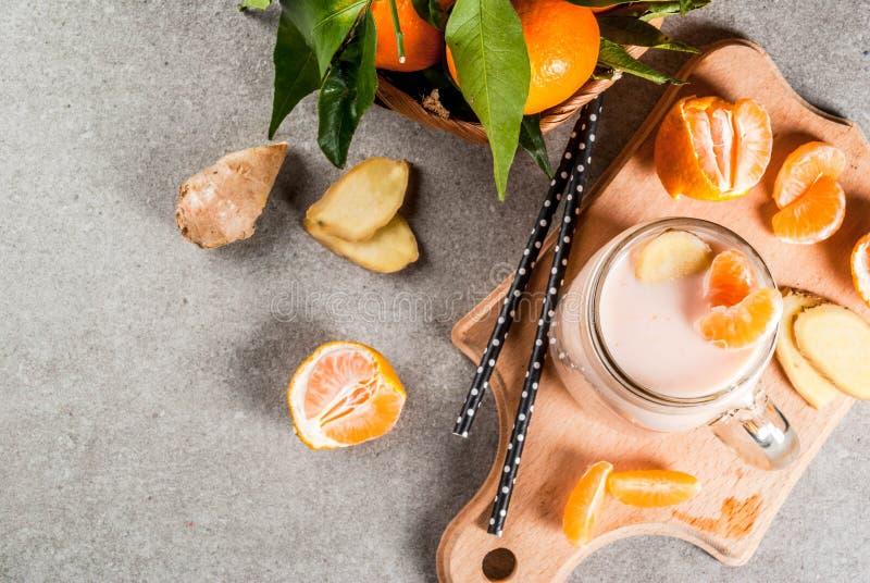 Smoothie de mandarine avec du gingembre images libres de droits