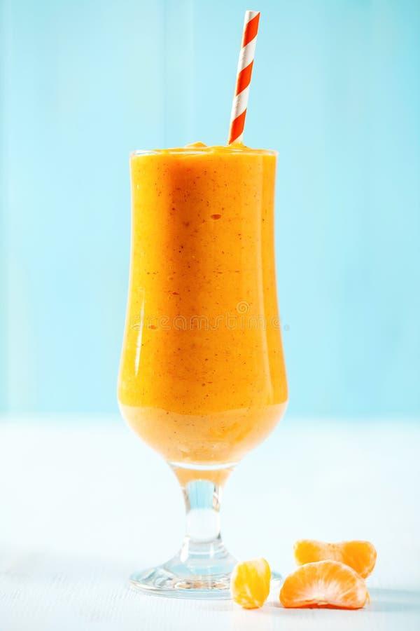 Smoothie de mandarine dans un verre photos stock