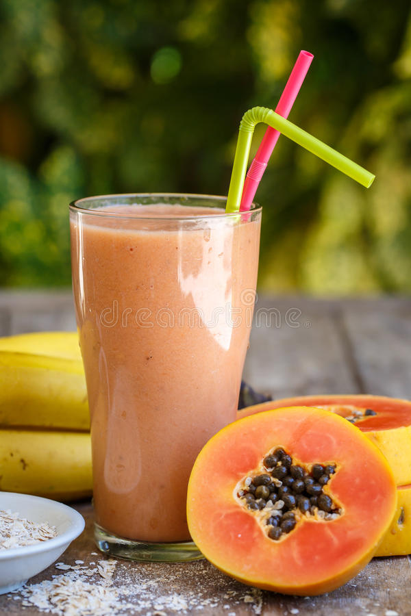 Smoothie de papaye avec la banane fraîche photo stock