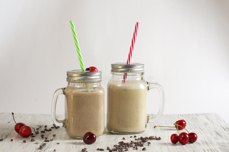 Smoothie de poudre de beurre d'arachide, de banane, de farine d'avoine et de cacao photographie stock libre de droits