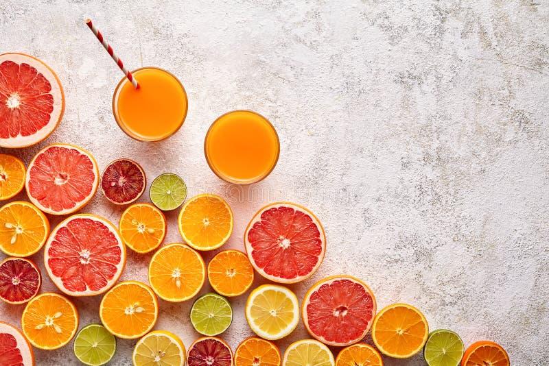 Smoothie of de verse sapvitamine in citrusvruchten achtergrondvlakte legt, helthy drank stock afbeeldingen