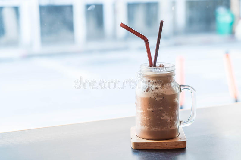 Smoothie del chocolate (batido de leche) con el tarro imágenes de archivo libres de regalías