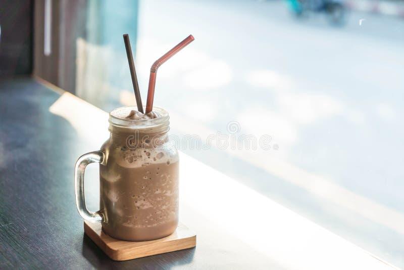 Smoothie del chocolate (batido de leche) con el tarro fotos de archivo
