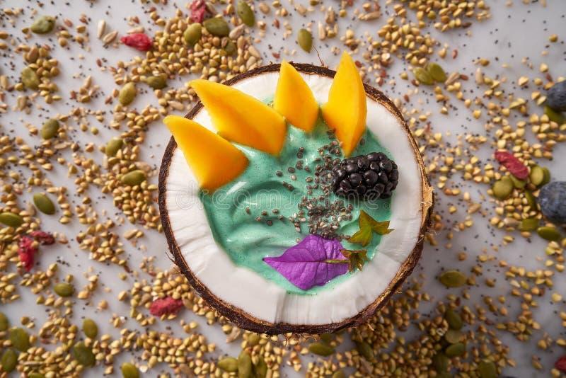 Smoothie del cuenco de Spirulina en mango de la zarzamora del coco fotografía de archivo