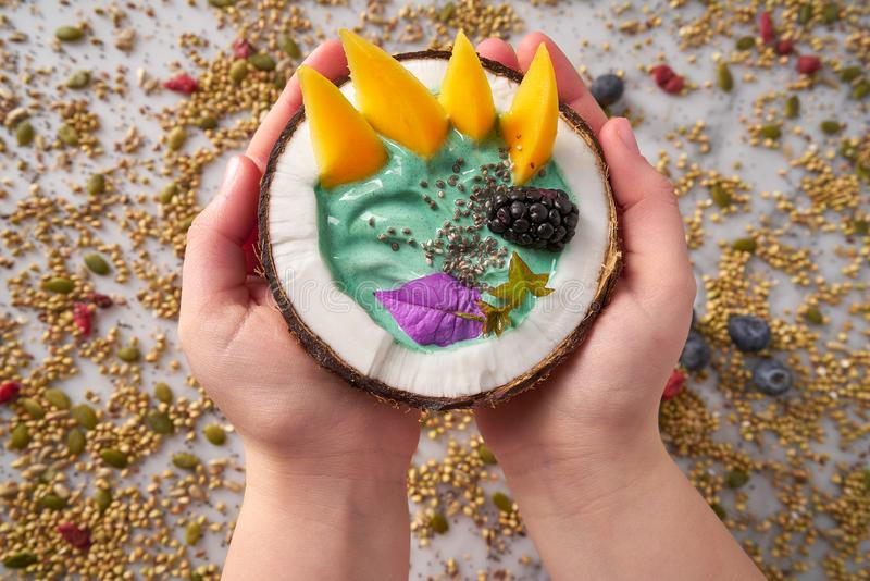 Smoothie del cuenco de Spirulina en mango de la zarzamora del coco imagenes de archivo