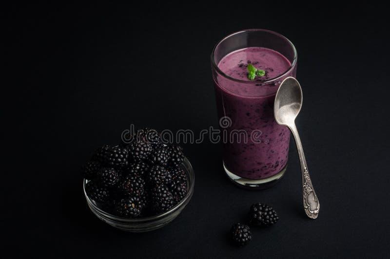 Smoothie del jogurt de Blackberry en la serie de cristal y fresca de las bayas fotografía de archivo