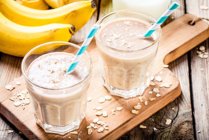 Smoothie del plátano con la harina de avena, la mantequilla de cacahuete y la leche foto de archivo