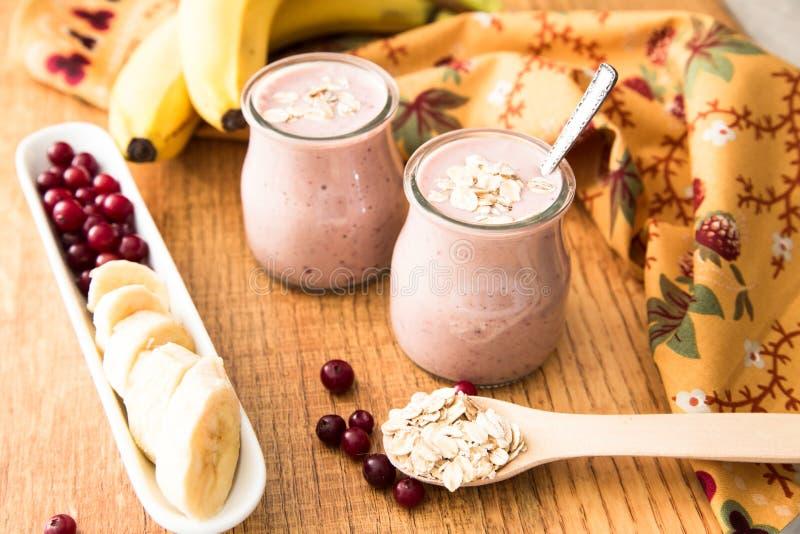 Smoothie del plátano y de arándanos con el yogur y la avena en un ol fotos de archivo libres de regalías