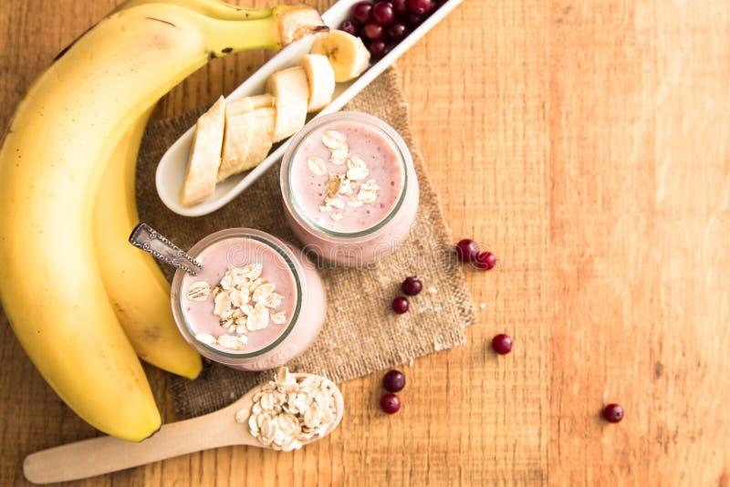 Smoothie del plátano y de arándanos con el yogur y la avena en un ol fotografía de archivo libre de regalías