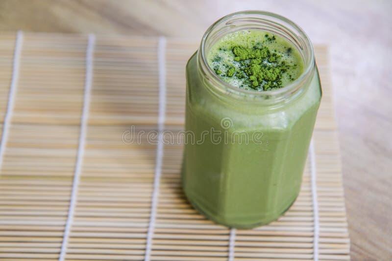 Smoothie del té verde de Matcha en el tarro de cristal en la tabla fotos de archivo libres de regalías