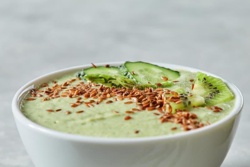Smoothie del verde del detox del desayuno del pepino y de los kiwas, cierre para arriba imagen de archivo libre de regalías