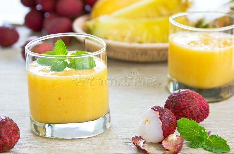 Smoothie di Lychee, dell'ananas e del mango fotografia stock libera da diritti