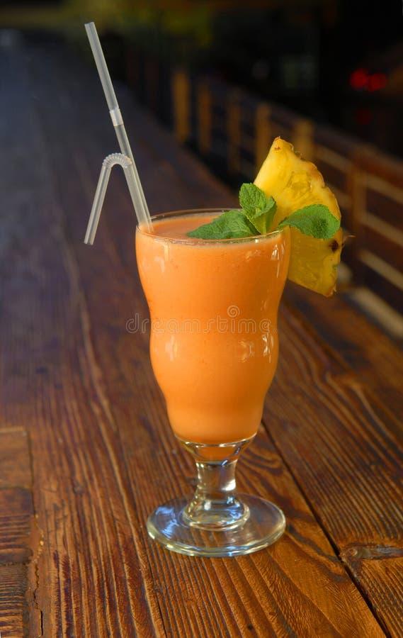 Smoothie do cocktail com abacaxi e hortelã imagens de stock royalty free