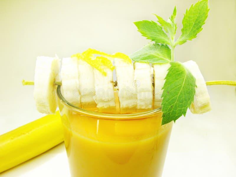 Smoothie do cocktail de fruta com banana fotos de stock