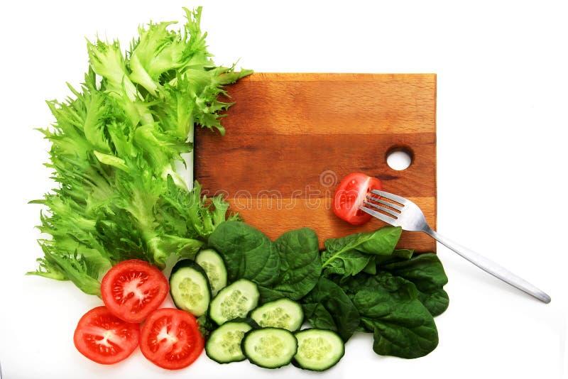 Smoothie e ingredientes verdes sanos en blanco - superfoods, detox, dieta, salud, concepto vegetariano de la comida Tabla de cort fotos de archivo