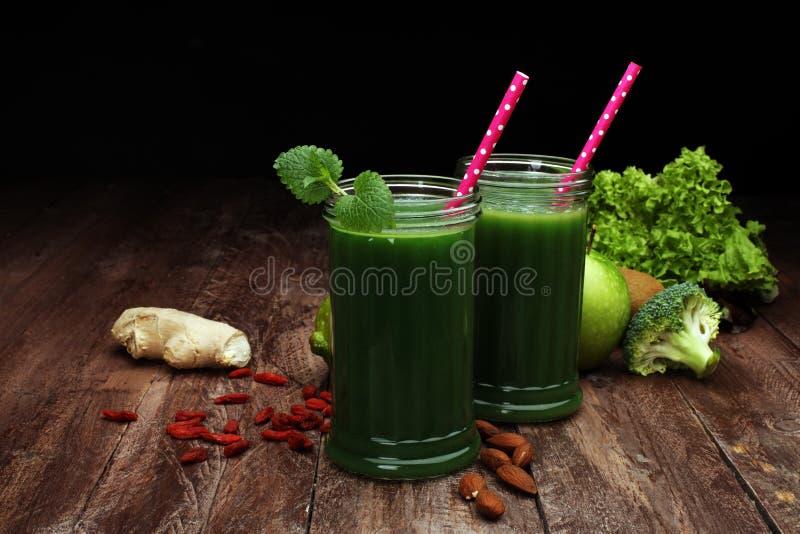 Smoothie e ingredientes verdes sanos - superfoods, detox, dieta, salud, imagenes de archivo