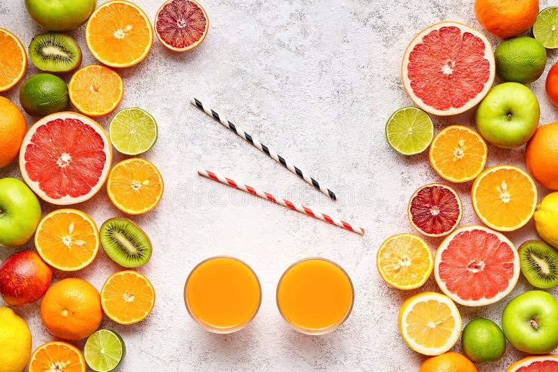 Smoothie eller ny fruktsaftvitamindrink i den lekmanna- citrusfruktbakgrundslägenheten, helthy vegetarisk organisk antioxidantdet royaltyfri bild