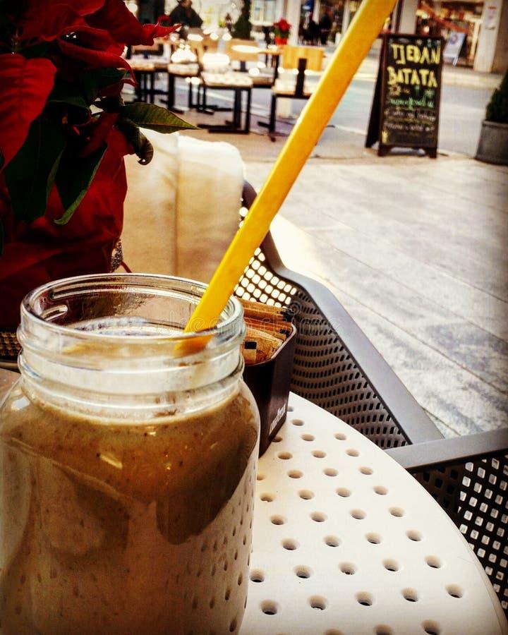 Smoothie en el restaurante helathy de la comida imagen de archivo