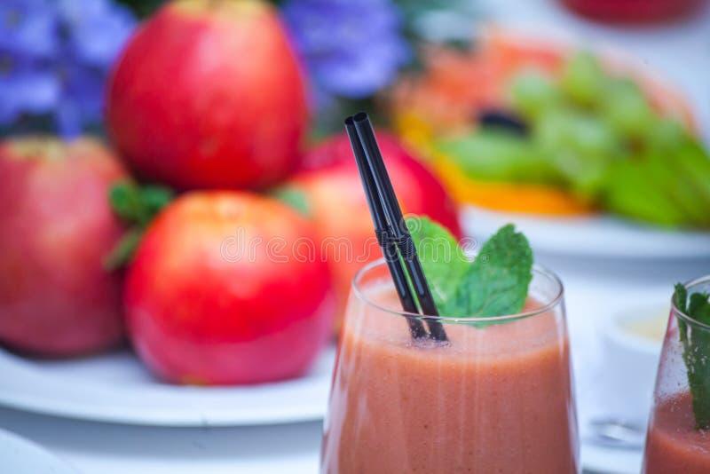 Smoothie et ingrédients rouges sains - superfoods, detox, régime, santé, concept végétarien de nourriture images stock